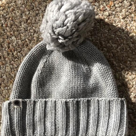 30948e31345 UGG Pom- pom knit hat. M 5c3b6bf9819e901bffe7569b